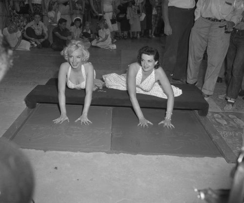 Marilyn Monroe and Jane Russell putting handprints in cement at Chinese Theater in Los Angeles, CA, circa 1953.Chine Theater, Hands Prints, Marilyn Monroe, Wet Cement, Jane Russell, Los Angels, Preferences Blondes, Russell Places, Graumans Chinese