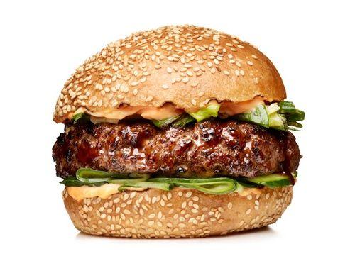 Гамбургеры с огурцами и соусом хойсин   Ингредиенты к рецепту:   650 гр. говяжьего фарша, предпочтительно шейная часть  Крупная соль и свежемолотый перец  Растительное масло, для гриля  1/4 ст. соуса хойсин  6 перьев зеленого лука 1/2 ч. л. кунжутного масла, а так же больше для смазывания  4 булочки с кунжутом, разрезать горизонтально на две части  1/2 ст. майонеза  1 ч. л. соуса срирача (азиатский соус чили)  12 тонких ломтиков свежих огурцов   Приготовление блюда по рецепту:   Разогреть…