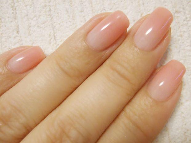 薄いオレンジピンクを根元からグラデーション。根元は、クリアと白を混ぜた中間色くらいで始める方がしっとり仕上がります。