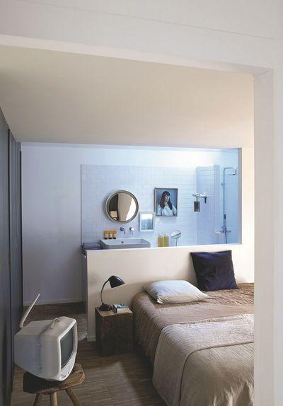 La salle de bains fait partie intégrante de la chambre. Plus de photos sur Côté Maison http://petitlien.fr/81ob