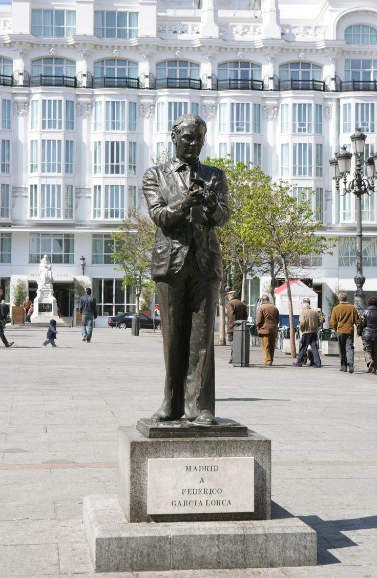 Foto Estatua de Lorca en la Plaza de Santa Ana de Madrid en Madrid