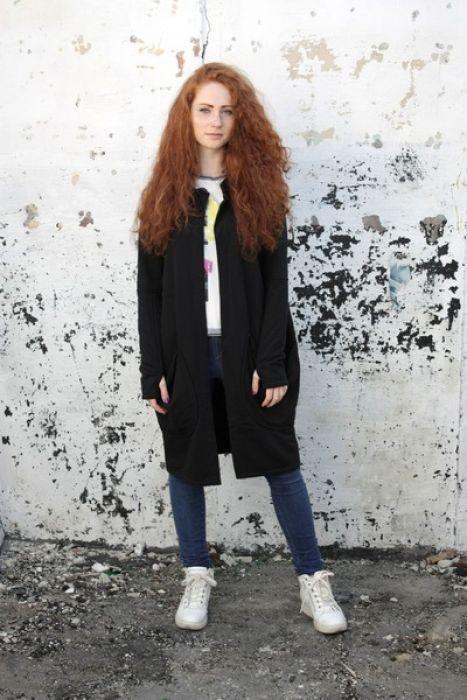 Wygodna i oryginalna bluza/wdzianko, wykonana z wysokiej jakości czarnej dzianiny bawełnianej. Należy prać w niskiej temperaturze do 40 stopni na lewej stronie.  (Kolor rzeczywisty może różnić się nieznacznie od przedstawionego na zdjęciu.)