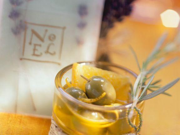 Marinierte Oliven mit Orange und Rosmarin ist ein Rezept mit frischen Zutaten aus der Kategorie Fruchtgemüse. Probieren Sie dieses und weitere Rezepte von EAT SMARTER!