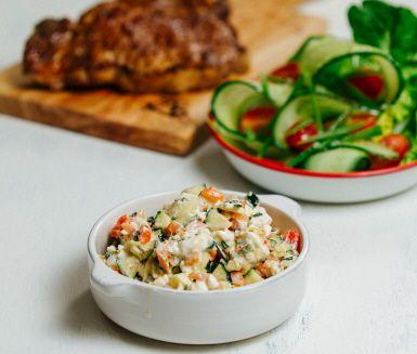 Håll fokus på grillen med en god sås som du drar ihop snabbt och smidigt. Kombinationen av matyoghurt och fetaost blir både fräscht och matigt. Tillsammans med hårt grillad paprika zucchini får du sköna kontraster som sjunger i gommen.
