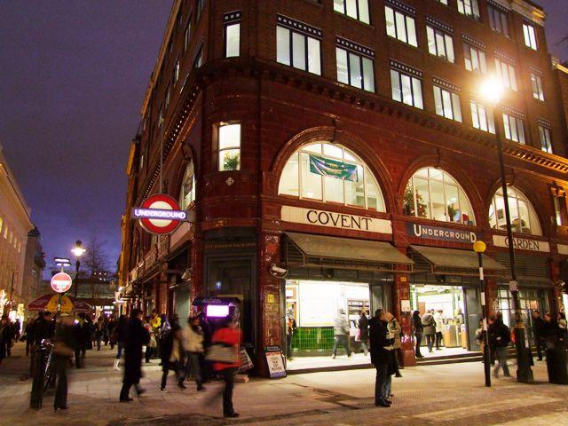 毎日開かれるマーケットやおしゃれなお店が立ち並ぶことで、近年注目されているのがロンドンのコヴェント・ガーデンエリアです。特に人気はエリアの名もついたコヴェント・ガーデン・マーケットには、観光客だけでなく地元の人も多く立ち寄ることで知られています。特に週末の混雑は目を見張るほどです。観光名所とショッピングエリアがバランスよく集まっているので、一日中このエリアにいても飽きずに楽しむことができます。今回はそんなおしゃれな街、コヴェント・ガーデンでぜひ立ち寄っていただきたいオススメ観光地をご紹介します。