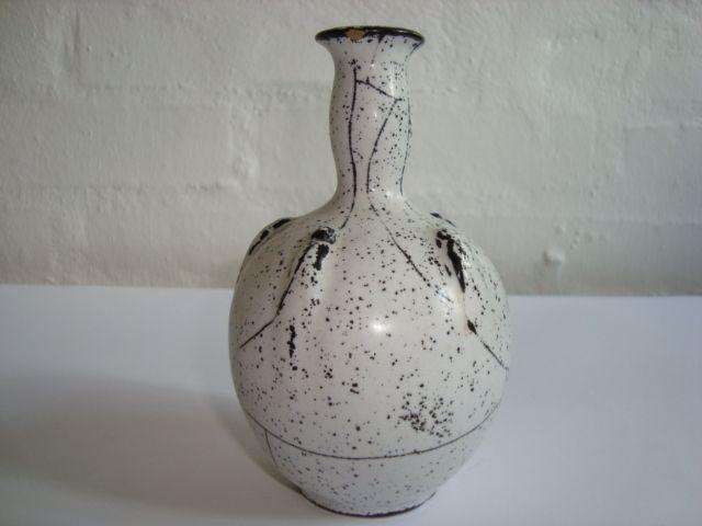 KÄHLER (Herman A. Kähler) vase by SVEND HAMMERSHØI. H: 12,5 cm D: 8 cm from 1930s. Signed HAK. #kahler #ceramics #pottery #hak #svend #hammershoei #vase #dansk #keramik #danish. From www.klitgaarden.net. SOLGT/SOLD.