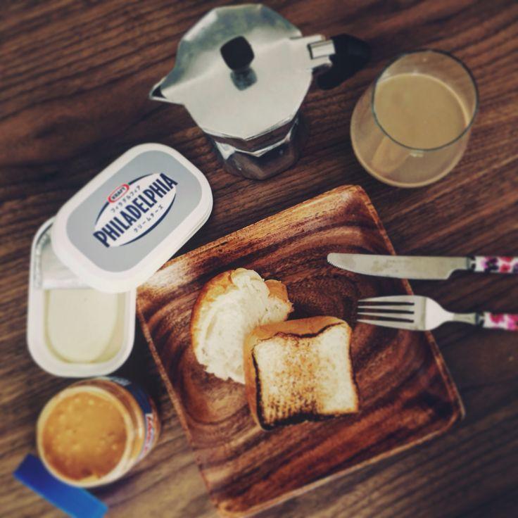 Collazione : il pane tostato con PHILADELPHIA e SKIPPY. anche Nutella è necessario!