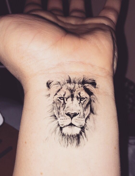 Tatouage noir et blanc - tattoo noir poignet roi lion