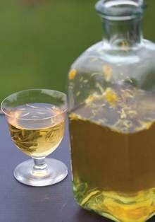 Бокал и графин вина из одуванчиков