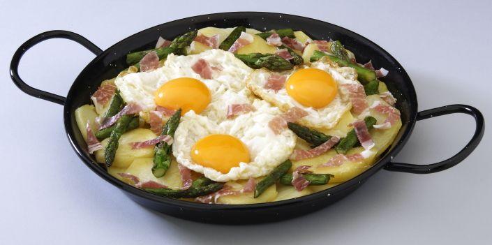 Sartén de Huevos Rotos con Jamón Puede degustar esta tapa gourmet en nuestras Cafeterías de Madrid.  www.montepinoseleccion.es