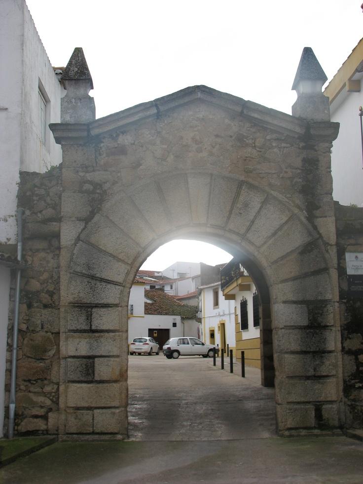 La puerta de las Huertas, en la antigua muralla de Valencia de Alcántara, perímetro del que se conserva poco recorrido, da entrada al muy bien conservado barrio judío, el llamado barrio gótico, uno de los mejor conservados de Extremadura