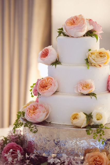 Taze çiçekli beyaz düğün pastası
