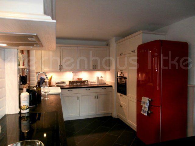 Landhausküche mit Sonderlackierung und Quarzsteinarbeitsplatte sowie Smeg-Retrodesign #Landhaus #Smeg
