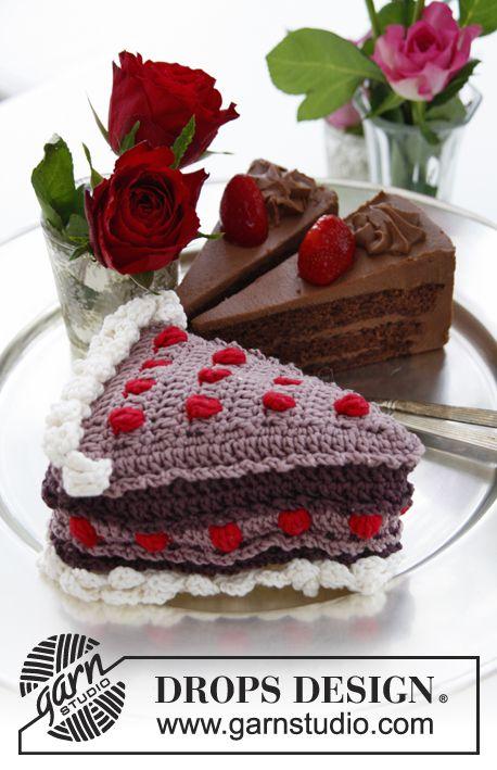Fetta di torta all'uncinetto, con crema e frutti di bosco