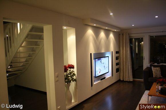 mediavägg,medialösning,inbyggd,tv,hål i väggen,spotlights,projektorduk,projektor,soffa,soffbord,vardagsrum