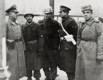 Alliierte Militärpolizei-Patrouille, unterstützt von österreichischer Polizei, im Einsatz gegen den Schwarzmarkt im Bereich des Wiener Naschmarkts. Photographie, 1946.