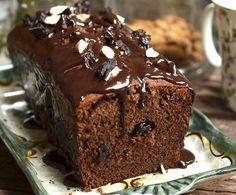 piernik ze śliwkami, prosty do przygotowania, puszyste, lekko kleiste ciasto pod polewą z gorzkiej czekolady, nie zajmie nam więcej niż 15 - 20 minut.