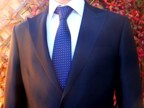 Corbata azul con pintas dentro de cuadrados http://comprarcorbata.com/corbatas/estampadas/corbata-azul-con-pintas-dentro-de-cuadrados.html