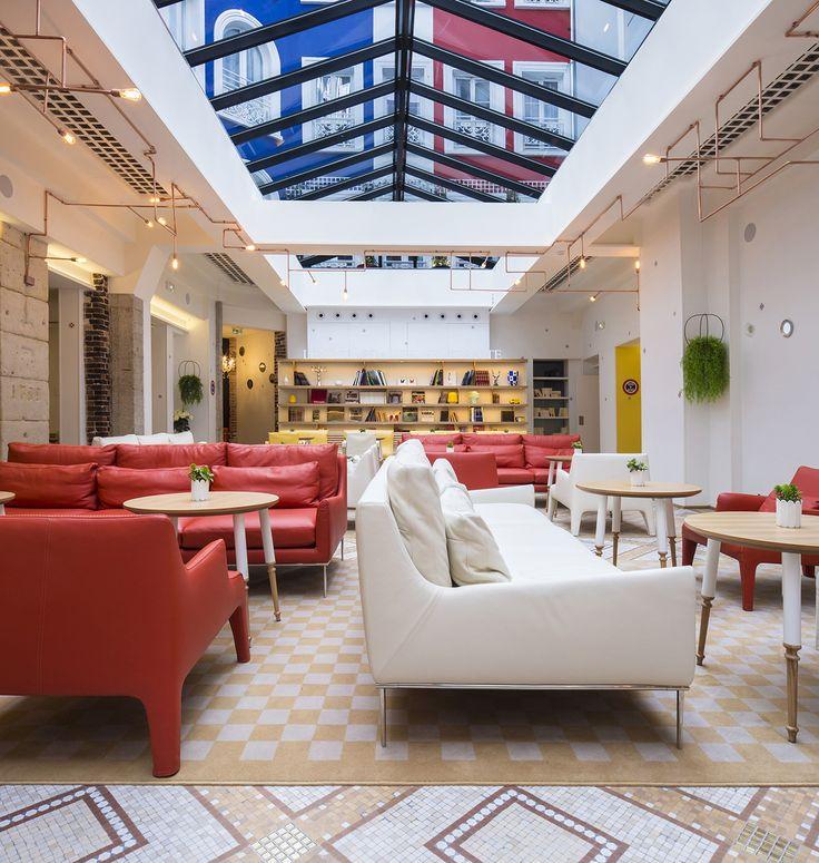 Hotel 34B, Maldenberg Architecture, Paris. Bleu Blanc Rouge, Couleurs vives, Verrière, Lumière naturelle, Luminaires tubulaires en cuivre, Carrelage mosaïque.