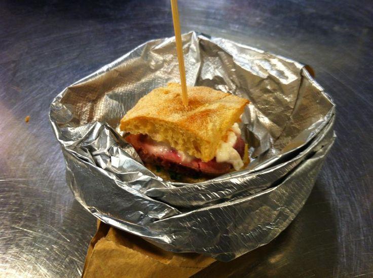 La focaccia servita nel sacchetto del pane: manzo rosa cime di rapa e burrata. #focaccia #panini #daminieaffini #ricettedicarne