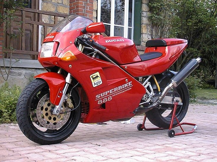 This is probably my 2nd favorite DUCATI afte the MHR Millé, the DUCATI 888 superbike. I love this picture!!