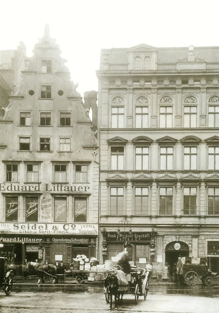 Kamienica nr 27 (po lewej) niedługo przed wyburzeniem i 26 po prawej. Lata 1907-1908