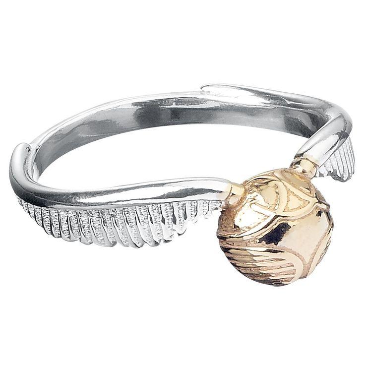 Den gyllene Kvicken ring från Harry Potter: - Den Gyllene Kvicken Ring med utbredda vingar i silver - bredd 0.5 cm - tillverkad i 925 sterlingsilver Eftersom Harry hade problem med att behålla sin kvick har vi fäst den besvärliga bollen i Harry Potter ringen. Fingerringen The Golden Snitch pryds av den lilla kvicken med glänsande utbredda vingar. Häxor, trollkarlar och Harry Potter-fans kommer att älska denna ring.