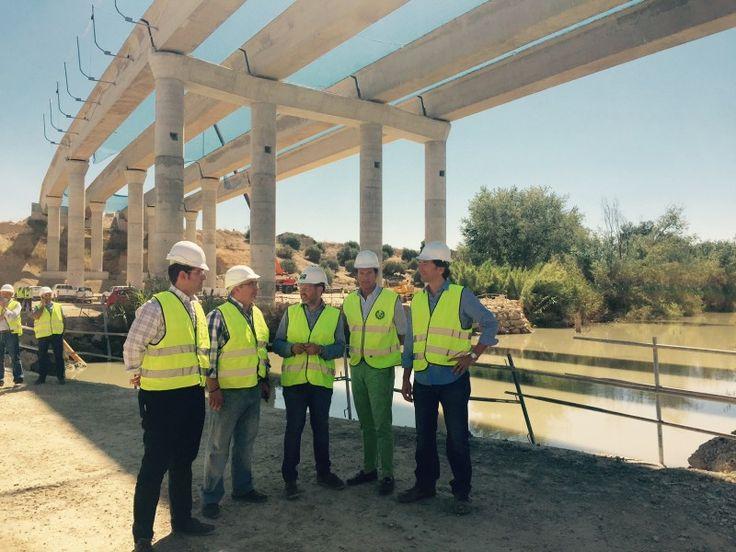 La Junta concluye el izado de vigas del puente sobre el Guadalquivir en la autovía de Olivar