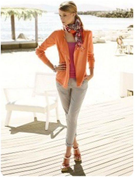 Оранжевый кардиган, серые брюки, оранжевый шарф, бежевые туфли
