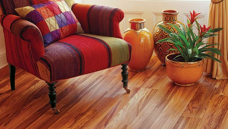 Not sure how to decorate with mixed patterns? This Natural Tigerwood laminate floor ties bright patterns together with ease. #080529