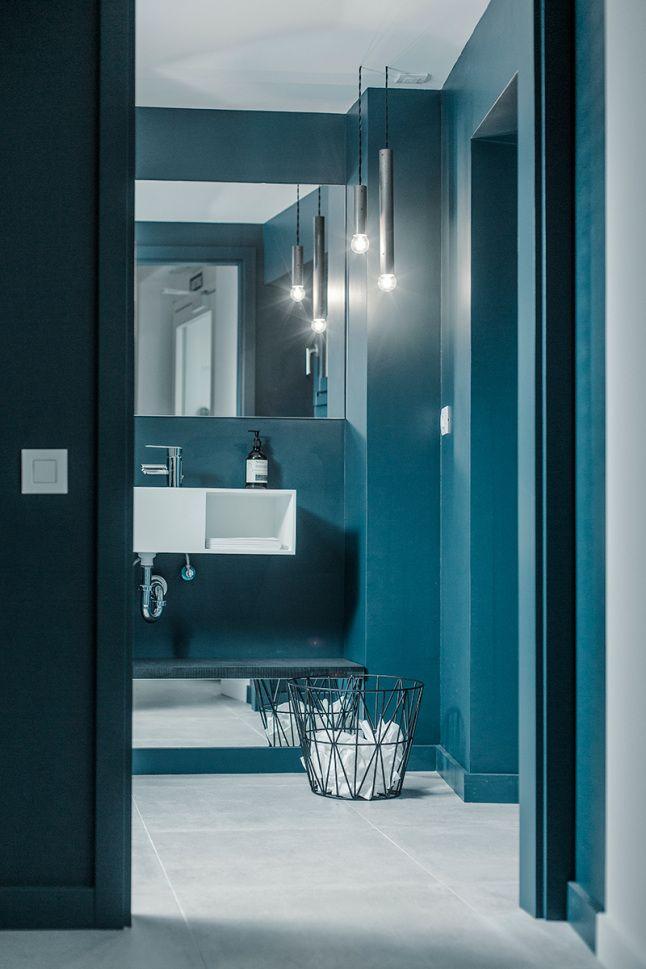 Werken met blauw in je interieur. Voor meer wooninspiratie kijk ook eens op http://www.wonenonline.nl/