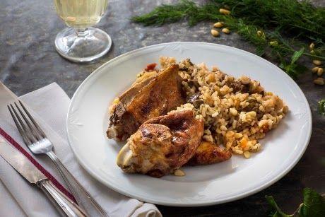 Παραδοσιακή μαγειρική: Αρνάκι γεμιστό με ρύζι, κουκουνάρι και μπαχαρικά (...