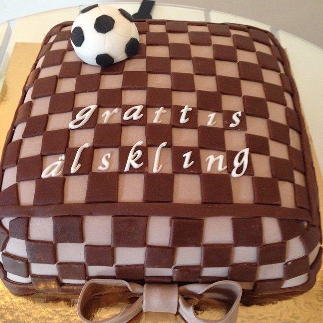 Tag someone who will like it! #louisvuitton #louisvuittoncake #fashion #mode #cake #tårta #birthday #födelsedag #fotboll #football #soccer #sockerpasta #sugarpaste #handmade #homemade #hembakat #catering #göteborg #linné #gbgftw #checkered #wiltoncakes