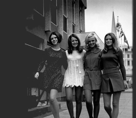 Jaren 60 mode voor vrouwen. Lang haar was in, en veel jurkjes.