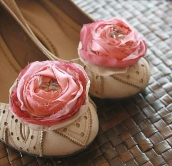 DIY: How to make wedding shoe clips with fabric flowers