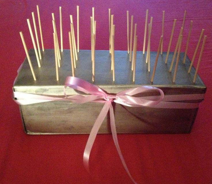 J'ai réalisée un présentoir à pop cakes à partir d'une boite de chaussure, je vais donc mettre les photos des étapes ainsi que le matériel utilisé.