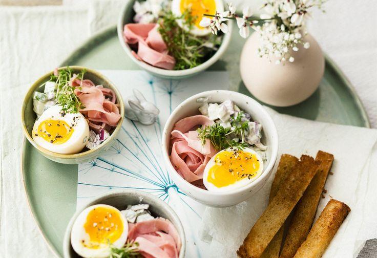 Weiche Eier mit Gurkensalat und Schinken Foto: © Wolfgang Schardt