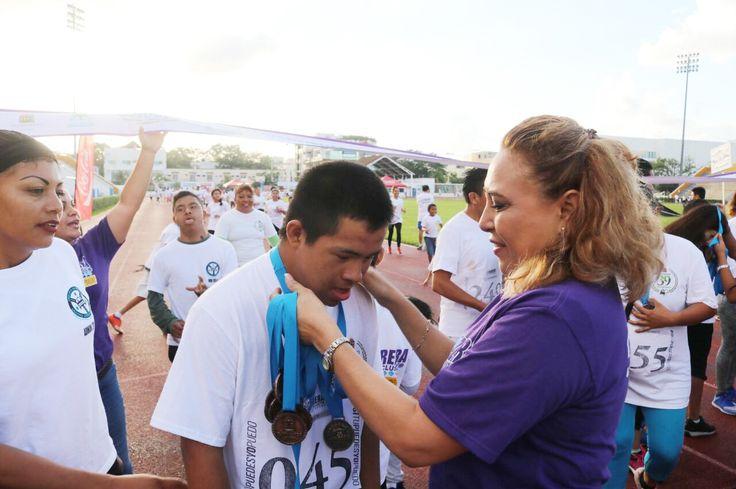 """Familias y personas de todas las edades participaron activamente en la 3era Carrera Inclusiva. Playa del Carmen, Solidaridad a 03 de diciembre de 2017.- Cerca de 500 personas se reunieron para celebrar el """"Día Internacional de la Discapacidad"""" en el deportivo Mario Villanueva a través de la 3era Carrera Inclusiva """"#SiTuPuedesYoPuedo"""", a la que asistió…"""