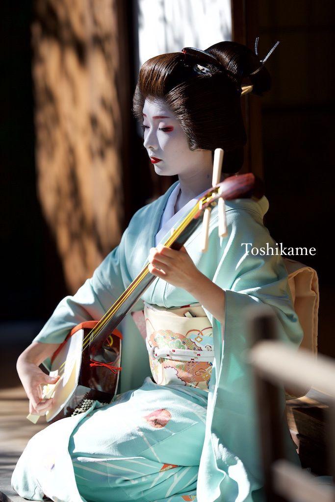 とし亀ちゃんがゆくの画像 Miss Toshikame playing the Shamisen
