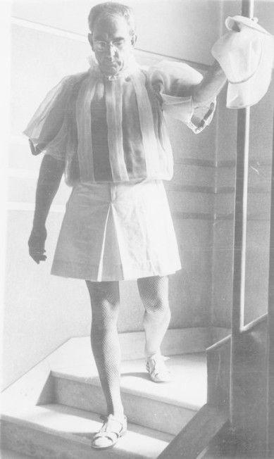 Em 1956, foi pedido a Flávio de Carvalho que fizesse um modelo de roupa masculino. Flávio deu o nome de Experiência nº 3 ao seu projeto e criou uma saia de náilon, uma camisa bufante, um chapéu e uma meia de modelo arrastão com sandálias de couro como solução para o excessivo calor. Ele mesmo desfilou com seu protótipo em 18 de outubro daquele ano em São Paulo.