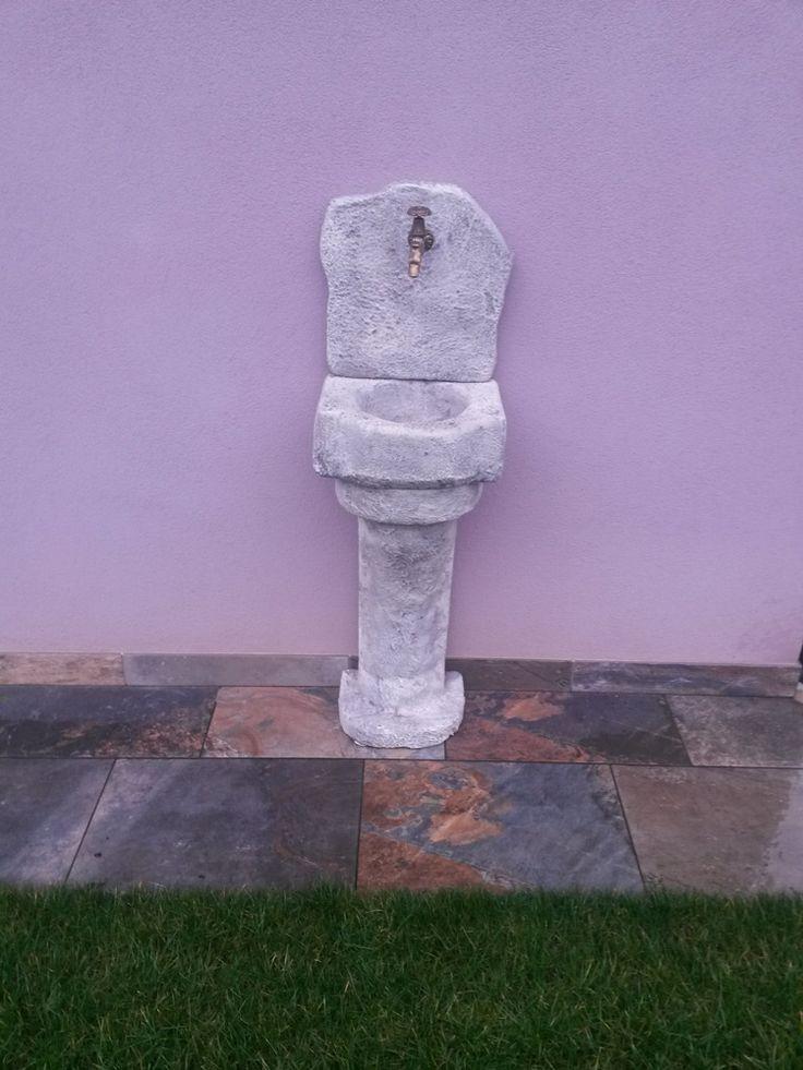 Lavello da giardino in pietra ricostruita, mod. Braies, colore: antichizzato. Prodotto su misura. Località: Chiari (Brescia).