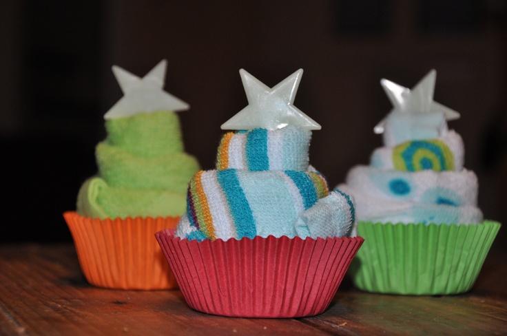 Een zelfgemaakt cupcake-spuugdoekje. Spuugdoekje vouwen, lintje er omheen en in een cupcake-houdertje zetten. Ontzettend gemakkelijk zelf te maken.