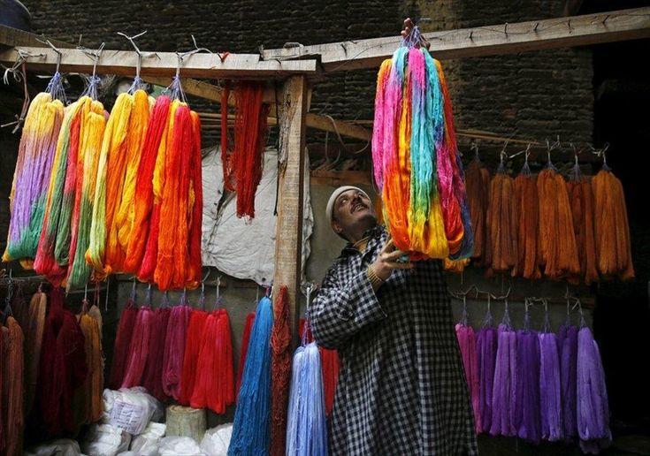 Χειροποίητα ρούχα στη Σριναγκάρ . Ένας άνδρας φτιάχνει χειροποίητα ρούχα σε υπαίθρια αγορά της Σριναγκάρ.