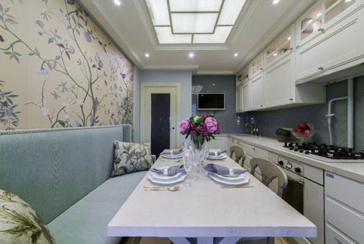 интерьер кухни с диваном в бело-голубом