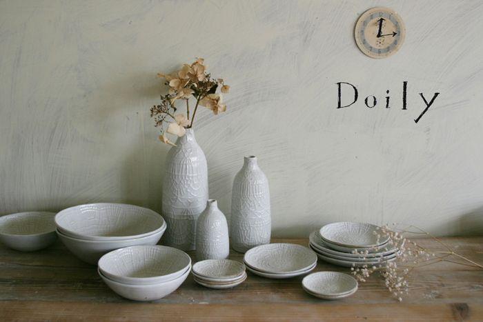 「Doily」シリーズは、テーブルウェアやインテリア雑貨を開発している波佐見の陶磁器ブランド「essence(エッセンス)」との共同制作のシリーズ。繊細なレースのような模様が特徴です。