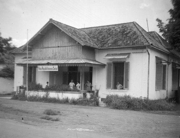 Mensen in en om het gebouw van Radio Soerabaja (1950) - Lokasi : Tegalsari