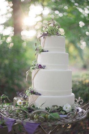 ナチュラルなイメージのラベンダーウェディングケーキ♡ 北海道の披露宴アイデア☆