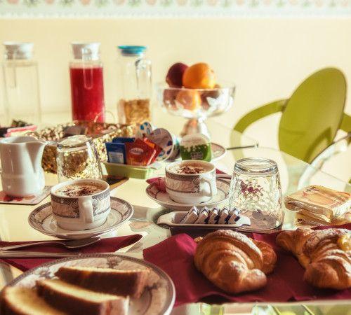 Colazione dolce e salata, caffè espresso e cappuccino, ampia scelta di tè