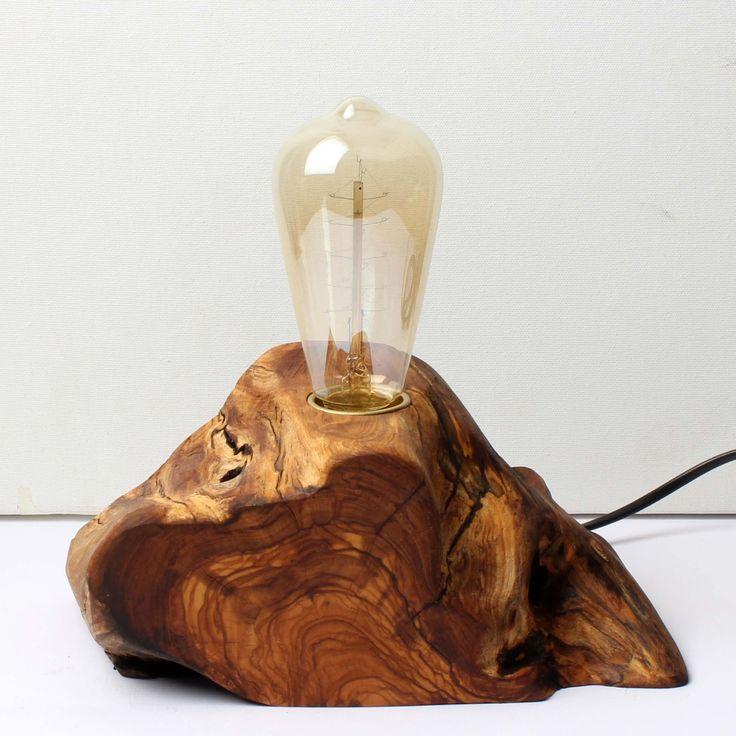 Zeytin ağacından el yapımı ahşap masa lambası  Ağacın ömrünü uzatmak için bezir yağı kullanılmıştır.  Edison ya da rustik olarak nitelenen kendine has şekilli, flamanlı ampulle birlikte satılmaktadır. Işığın gücünü dilediğiniz gibi  ayarlayabilmeniz için dimmerli bir kablo kullanılmıştır.  DADA Tasarım'dan yapacağız toplam 100 TL ve üzerindeki alışverişlerde kargo ücretsizdir.