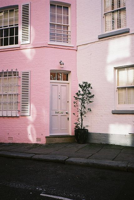rózsaszínű épület